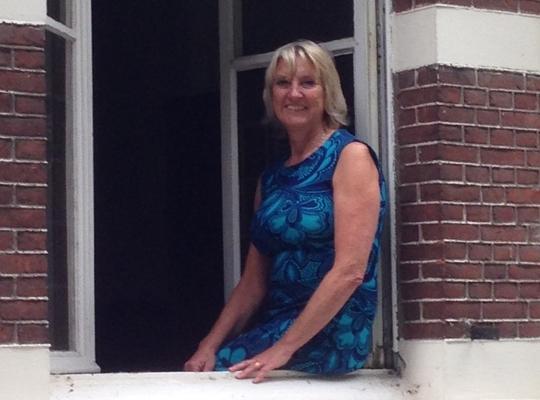 Danielle Meirsman bij het voormalige gemeentehuis van Zandvliet
